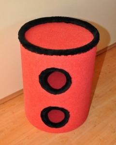 39. drapak 70 cm wysokosci czerwony z czarnym wykonczeniem